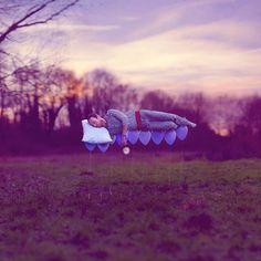 Coutumier du surréalisme, le photographe Canadien Joel Robinson nous transporte dans son un univers aux proportions manipulées et où les lois de la physique ne s'appliquent plus. Les photographies surréalistes de Joel Robinson