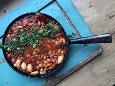 """""""Chili con carne"""" tarkoittaa pataa lihalla, tämä versio """"Chili sin carne"""" tarkoittaa pataa ilman lihaa. Pata on sitä paitsi maidoton, kananmunaton sekä hunajaton. Täysin vegaaninen! #vegaaniruoka #vege #villinävegeen #kasvisreseptit #kasvisruoka Edamame, Guacamole, Ethnic Recipes, Food, Chili Con Carne, Essen, Meals, Yemek, Eten"""