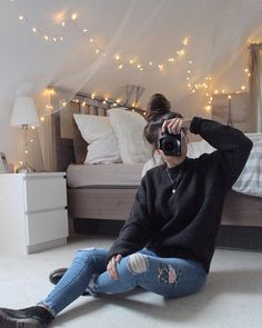 1,802 Likes @Melanie.buu auf Instagram. Fashion Outfit Cozy Interior Fairylights Jeans Fashionblogger Fashion Style Inspo Messybun Outfitinspo