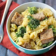 Mac and cheese gets hot hot hot in this buffalo cheddar mac and cheese with garlic croutons and broccoli.