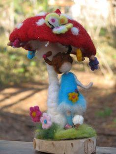Hecho a la medida  Tal vez usted encontrará en el Bosque Champiñón rojo decorado con flores. Su obra de las hadas del bosque, los vi en el verano mientras caminaba con mis niños.  La decoración es de 12 de altura. La seta está conectada a la base de madera. El pixie está de pie junto a él, sus manos y piernas se hacen ot del alambre de metal y puede cambiar su posición.  Gracias por visitar mi tienda. Diseño de Zuzana Hochman