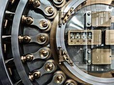 Come investire i risparmi in modo sicuro Cool Stuff, Burial Vaults, Antique Safe, Architecture Foundation, Safe Door, Safe Vault, Vault Doors, The Man From Uncle, Ex Machina