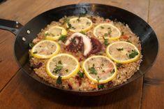 一人前の『食べきりパエリア』⁉︎ タコとレモンだけで本場スペインの味に♪ - macaroni