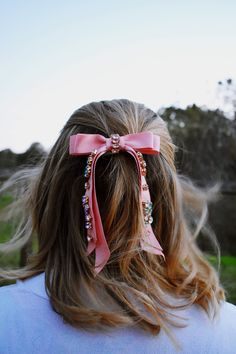 Add a gorgeous embellished bow barrette to tousled locks for an effortlessly chic look that wouldnt be out of place on the streets of Paris White Hair Bows, Pink Hair Bows, Ribbon Hair, Ribbon Bows, Velvet Hair, Diy Hair Accessories, Barrette, Hair Jewelry, Diy Hairstyles
