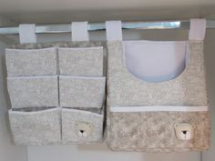 Kit Porta fraldas + porta trecos . <br>Tecido 100% algodão. Forrados com manta . <br>Ursinhos em feltro feitos a mão . <br> <br>Ideal para Acomodar todos os itens necessários para as trocas do bebê . <br> <br>Contém 3 peças : <br>1 porta fraldas com bolsinho externo <br>1 porta trecos com 6 bolsinhos para pomadas , cremes etc .. <br>1 porta roupinhas para as trocas de roupas . <br> <br>Pode ser feito em outras cores e estampas !!