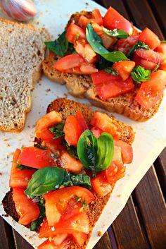 Bruschetta de tomate y albahaca {