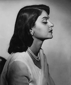 Gayatri Devi, who was born as Princess Gayatri Devi of Cooch Behar, was the third Maharani consort of Jaipur. She held this position from 1940 to 1949 and came to be so titled because of her marriage to Maharaja Sawai Man Singh II. Maharani Gayatri Devi, Mughal Jewelry, Make Up India, Indian Photoshoot, Indian Goddess, Vintage India, Female Profile, Royal Life, Photography Women