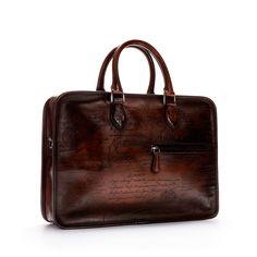 Sur ce modèle parfait pour une journée en ville, la poignée est peinte à l'aérographe et contraste avec le reste du sac. Autant dire que l'audace est à portée de main.