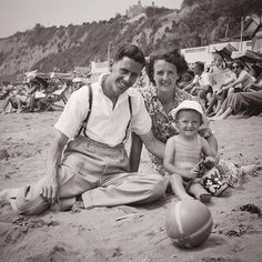 Brian Harold May:「It's my Daddy's day today. Harold May would have been 98 years old today. This is how I think of him. Who is that little boy ? Sandown Isle Of Wight, Brian's Song, Queen Brian May, Queen Meme, Queen Band, Queen Queen, Queen Photos, Somebody To Love, Queen Freddie Mercury