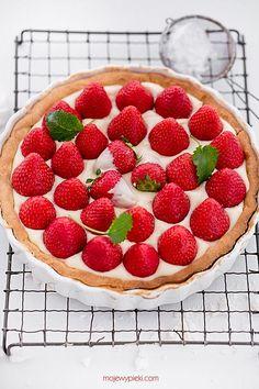 lemon cream and strawberry tart Strawberry Tart, Cherry Fruit, Fruit Tart, Lemon Curd, Lemon Cream, Summer Cakes, Piece Of Cakes, Dessert Recipes, Desserts