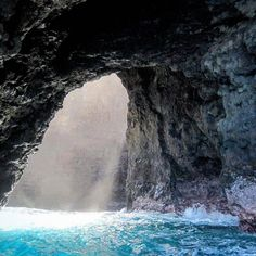 Ever done a zodiac boat ride on the Napali coast? It is SO MUCH FUN! 😃Flying high off the waves, checking out the sea life and exploring sea caves are just some of the highlights. Add in the breathtaking views of the coast and you're in for a sweet day! Read about the different ways you can see the Napali coast on aworldwithyou.com. Blog post up today! • • • • #captainandys #napalicoast #breathtaking #hawaii #explore #explorehawaii #beautifuldestinations #wanderlust #instagood #travel…