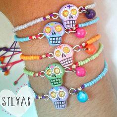 Muchas pulseritas solitarias! Vienen individuales para las que prefieren la sencillez ♥ #polymerclay #masaflexible #porcelanafria #fimo #sculpey #claycreations #handmade #art #crafts #diy #jewelry #accesories #bijoux #designersvenezuela #skull #frida #catrina #pinterest #suicidegirl #pinup #colombia #medellin #halloween #designerscolombia