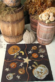 Wool applique on Halloween or fall quilt. Precious!