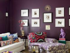 A arquiteta Andrea Murao mudou o astral da sala de tv com apenas uma cor. O ponto de partida para a transformação foi o tecido de arabescos, usado para revestir a chaise. A parede ganhou o mesmo tom de roxo da estampa