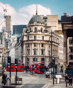Hope everyone is having a nice chilled out Sunday! Red buses in the City of England And Scotland, England Uk, Beautiful London, Beautiful Places, Places To Travel, Places To Visit, Living In London, London Places, City Aesthetic