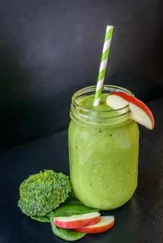 Best Smoothies For The Skin (Benefits & Recipes): Prepare Spa Clean Green Smoothie recipe for a nutritious snack. This smoothie recipe contains spirulina which detoxifies the skin and liver. Smoothie Legume, Smoothie Fruit, Green Detox Smoothie, Healthy Green Smoothies, Green Smoothie Recipes, Healthy Drinks, Smoothie Diet, Nutritious Snacks, Healthy Snacks