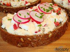 Máslo, tavený sýr a uvařené, vychlazené žloutky vyšleháme, přidáme na drobné kostičky nakrájené bílky, červenou papriku, ředkvičky, promícháme a dochutíme. Namažeme na čerstvé pečivo, ozdobíme pažitkou a ředkvičkou.
