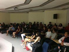 Foto de nuestra audiencia, padres de familia y alumnos del Campus mostrando interés en los proyectos expuestos.