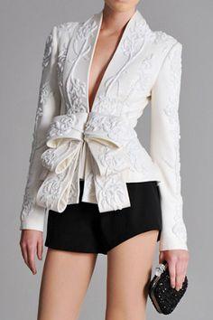 Chaqueta bordada obi blanco con pantalones cortos negros Marchessa