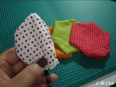 C de Cici: PAP - Peso para Porta: Florzinhas Felt Flowers, Fabric Flowers, Material Flowers, Door Stop, Pin Cushions, Diy And Crafts, Sewing Projects, Coin Purse, Patches