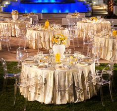 love the tableclothes!