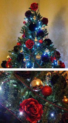 árbol de navidad decorado con flores