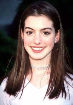 """""""Anne Hathaway at 18 / 36 years"""" Leonardo Dicaprio, Anne Hathaway Hair, Pretty People, Beautiful People, Anne Hattaway, Portraits, Grunge Hair, Mode Inspiration, Mannequins"""