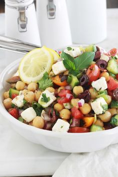 Chickpea salad with tomatoes, cucumber and feta Healthy Eating Tips, Healthy Dishes, Healthy Nutrition, Feta, Lunch Recipes, Vegetarian Recipes, Healthy Recipes, Greek Menu, Greek Vinaigrette