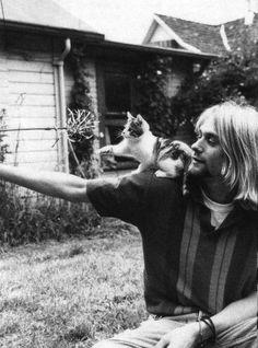 Kurt Cobain brincando com seu gatinho
