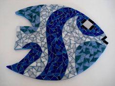 Base MDF, trabalho em mosaico com pastilhas de vidro.  Dimensões: 23cm diâmetro R$ 45,00 Mosaic Pots, Mosaic Diy, Mosaic Crafts, Mosaic Projects, Mosaic Wall, Mosaic Glass, Mosaic Tiles, Mosaics, Mosaic Designs