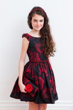Mezuniyet Elbise Modelleri Siyah Kısa Kayık Yaka Kırmızı Gül Desenli Kemerli