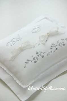 Hand-embroidered linen cushion cover Embroidery hand made ring pillow - .- Cuscino fedi in lino ricamato a mano Embroidery hand made ring pillow – Hand made embroidered linen wedding ring pillow … - Pillow Embroidery, Hand Embroidery Patterns, Machine Embroidery, Large Bean Bag Chairs, Ring Pillow Wedding, Wedding Ring, Ring Pillows, Wedding Linens, Rustic Wedding
