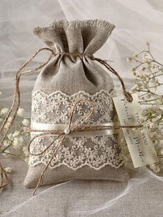 Rustique toile Wedding Favor sac dentelle par Plus Burlap Projects, Burlap Crafts, Diy And Crafts, Sewing Projects, Burlap Wedding Favors, Wedding Favor Bags, Wedding Boxes, Lavender Bags, Lavender Sachets