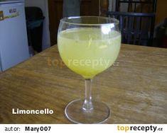 Limoncello recept - TopRecepty.cz Lemon Desserts, Dessert Recipes, Salted Caramel Fudge, Salted Caramels, Limoncello Recipe, Lemon Vodka, Lemon Cupcakes, South African Recipes, Oreo Cake