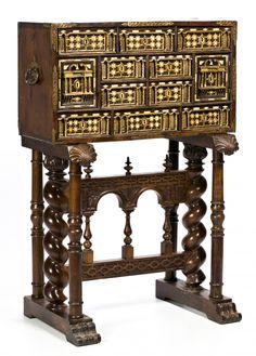 Escritorio-papelera español en nogal dorado con incrustaciones en hueso grabado y entintado y con aplicaciones en bronce dorado, del siglo XVII