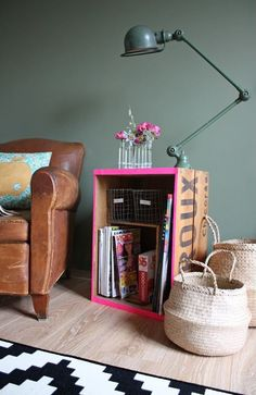 Home Decorating DIY Projects : ♥ Caisse à vin relookée -Read More – Room Inspiration, Interior Inspiration, Creative Inspiration, Design Inspiration, Crate Side Table, Side Tables, Crate Desk, Crate Nightstand, Bedside