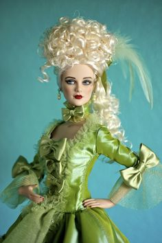 Madame a la Menthe - The lovely Madame a la Menthe (2010) from the Tonner Convention event uses Daphnes head sculpt.