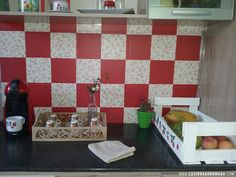 Decorando a parede da cozinha com papel contact - Casinha Arrumada