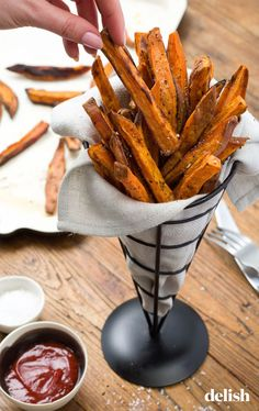 Salt 'n Pepper Sweet Potato Fries- maybe this will help the kids to eat their v. Salt 'n Pepper Sweet Potato Fries- maybe this will help the kids to eat their veggies on Thanksg Best Thanksgiving Appetizers, Appetizers For Party, Appetizer Recipes, Appetizer Ideas, Thanksgiving 2020, Hamburgers, Scones, Crispy Sweet Potato, Cooking Recipes