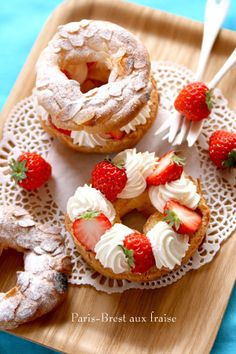 Find images and videos about love, food and yummy on We Heart It - the app to get lost in what you love. Fancy Desserts, Sweet Desserts, Dessert Recipes, Creative Cakes, Creative Food, Paris Brest, Beautiful Desserts, Cafe Food, Snacks
