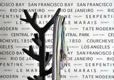 Tapet från InTrade, Emporia, vit bakgrund svarta ord med städer Black And White Wallpaper, Striped Wallpaper, Bari, Black And White Words, Black White, Hallway Wallpaper, Small Space Bedroom, Small Spaces, San Francisco