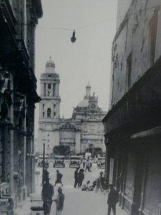 Callejón de la Diputacion, vista hacia la plancha del Zócalo y al fondo la Catedral Metropolitana de México.  A un costado del callejo ae encontraba el Portal de Flores demolido en 1934 para dar paso a la Av. 20 de Noviembre.  ca 1930