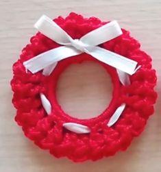 Come fare una mini-ghirlanda a uncinetto utilizzabile per fare un bel paio di orecchini natalizi (come fa l'autrice del tutorial) o anche come semplice addobbo per l'albero.