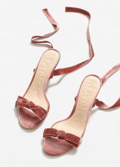 <p>Los zapatos vuelven a ser los protagonistas de estos post de los lunes y llegan en clave veraniega. Las andalias de terciopelo y los zapatos de esparto son las grandes apuestas de la temporada. Y para rematar el post una falda con uno de los estampados estrella de la primavera, el vichy en blanco y negro. </p>