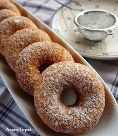 AranyTepsi: Tízperces sütőporos fánk - Hozzávalók 23 db fánkhoz: *25 dkg liszt (+2 ek ha szükséges) *0,5 tasak sütőpor *1 nagy csipet só *1 kisebb tojás *3 púpos ek porcukor *1 tasak vaníliás cukor *2 dl tejföl *6-7 dl olaj a sütéshez