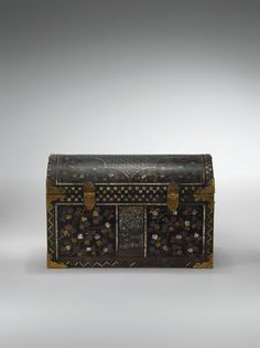 A SMALL MOTHER-OF-PEARL INLAID LACQUER CHEST, NAMBAN, JAPON, EDO PERIOD, 17TH/18TH CENTURY Japanese Furniture, Edo Period, Laque, Japanese Beauty, Casket, 18th Century, Art Decor, Modern Art, Cabinets