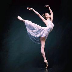 @elegantballet sur Instagram : « Daria Ionova, Vaganova Ballet Academy student, photographed by Darian Volkova »