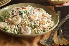 Turn your kitchen into the best Italian place in town with this Shrimp Carbonara. In 25 minutes you'll have classic Shrimp Carbonara. Seafood Dishes, Pasta Dishes, Seafood Recipes, Dinner Recipes, Cooking Recipes, Pasta Recipes, Dinner Ideas, Skillet Recipes, Fish Dishes
