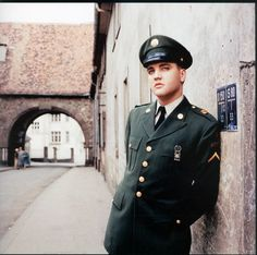 Elvis Presley posing in front of the Burgpforte [= castle gate] in Bad Nauheim, Germany - March 1959 Lisa Marie Presley, Priscilla Presley, Elvis Presley Army, Elvis Presley Photos, Mississippi, Imagenes Dark, Stars Du Rock, Army Day, Young Elvis