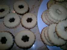 Krehké linecké pečivo • Recept | svetvomne.sk Cookies, Desserts, Food, Basket, Crack Crackers, Tailgate Desserts, Biscuits, Dessert, Cookie Recipes